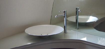 In Modernen Bädern Werden Neben Spiegeln Und Spiegelflächen Zunehmend  Glaselemente Und Glasflächen Statt Fliesen Eingesetzt Und Mit Freien  Waschschüsseln ...